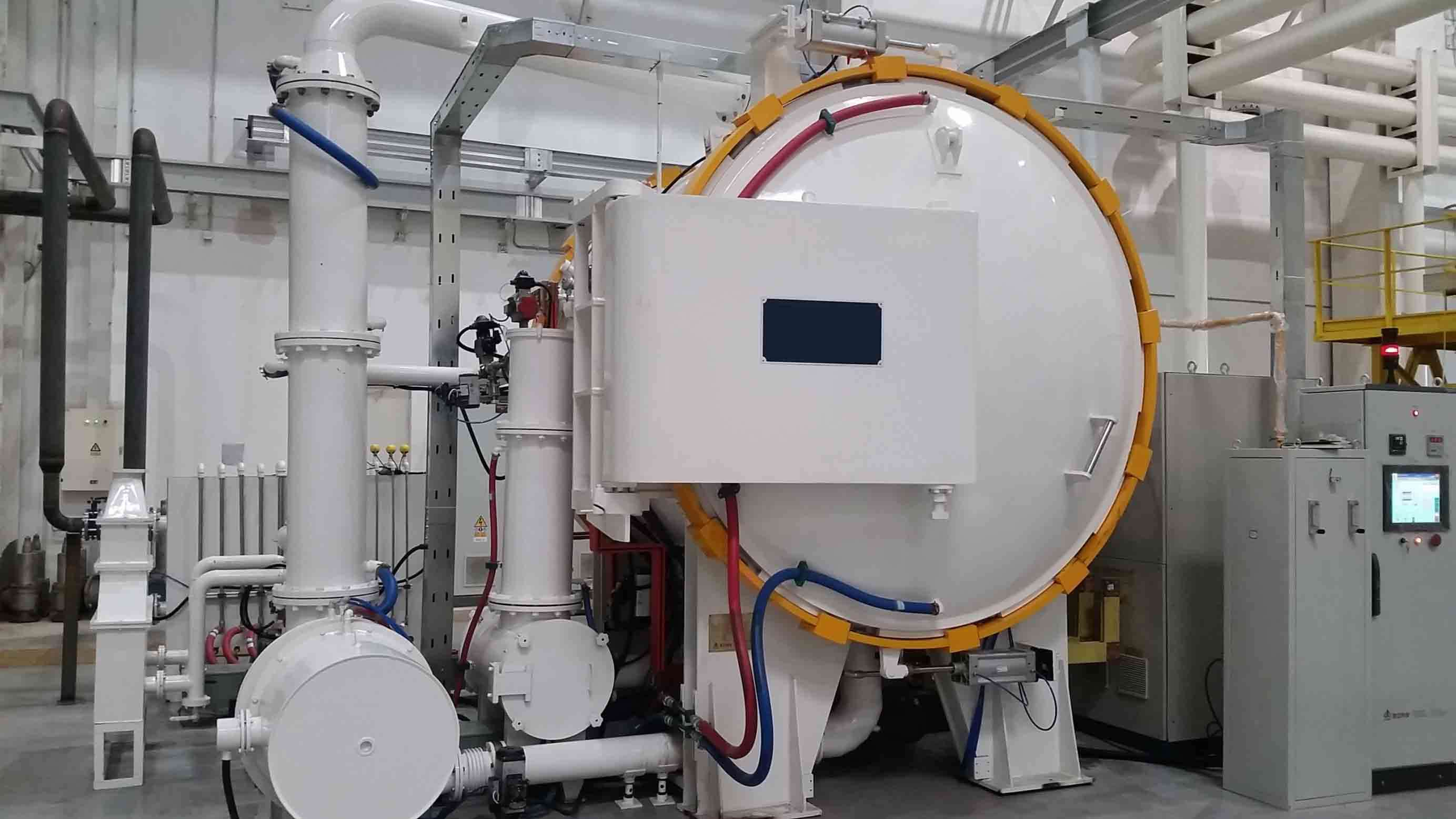 Horizontal vacuum cracking furnace